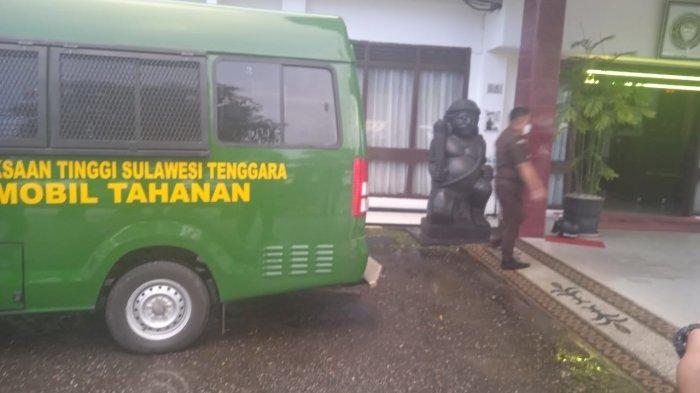 Sebelum Plt Kadispora Sultra Ditahan, Yusmin Diperiksa Sejak Siang, Mobil Tahanan Parkir di Kejati