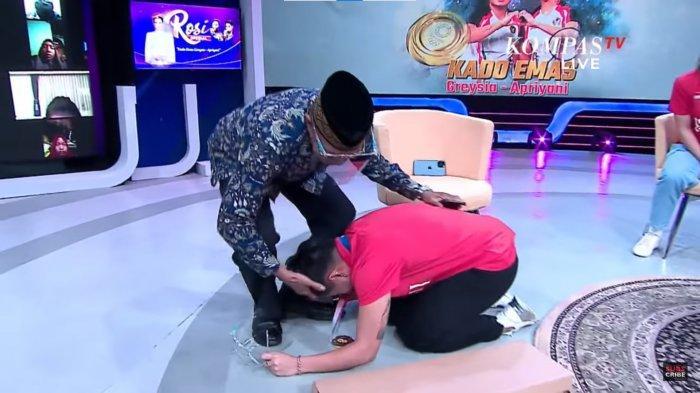 Detik-detik momen haru Apriyani Rahayu menangis cium kaki ayah saat diberi kado ulang tahun disaksikan Greysia Polii dan presenter Rosianna Silalahi.