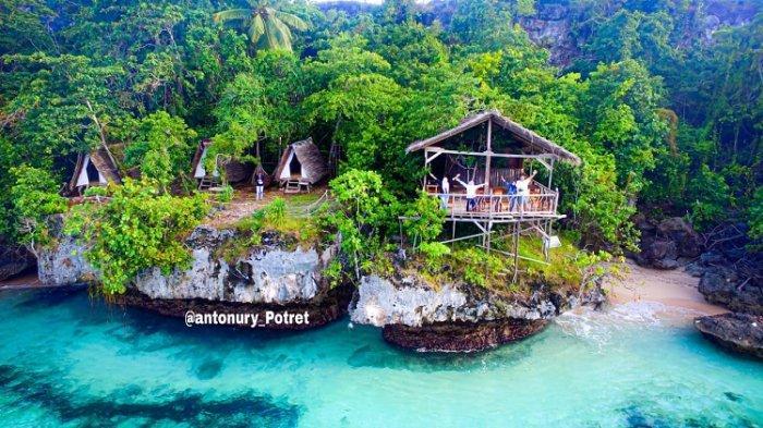 Pengunjung yang menikmati suasana alam di tempat wisata Pombero Lodge bertempat di Tomia, Wakatobi.