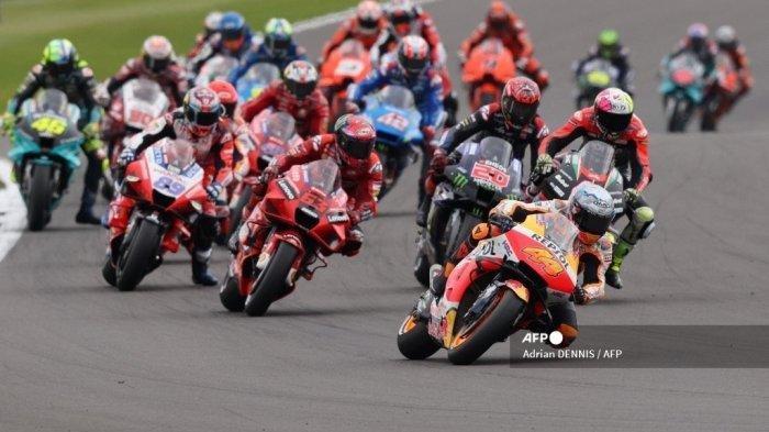 Para pebalap berkompetisi pada awal balapan MotoGP Moto Grand Prix de Catalunya di Circuit de Catalunya pada 6 Juni 2021 di Montmelo di pinggiran Barcelona.