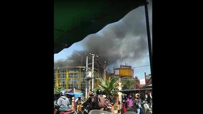 Pasar Sentral Kota Lama, Kelurahan Dapu-Dapura, Kecamatan Kendari Barat, Kota Kendari, Sulawesi Tenggara (Sultra), Senin (19/07/2021) terbakar.