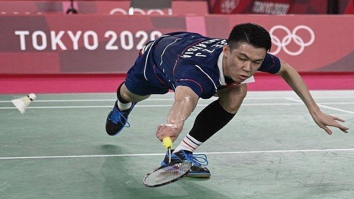 Pebulu tangkis Malaysia Lee Zii Jia melepaskan tembakan ke arah pemain China Chen Long dalam pertandingan babak 16 besar bulu tangkis tunggal putra selama Olimpiade Tokyo 2020 di Musashino Forest Sports Plaza di Tokyo pada 29 Juli 2021. (ALEXANDER NEMENOV / AFP)