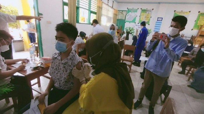 Pelajar SMP Negeri 1 Kendari, Provinsi Sulawesi Tenggara (Sultra) mulai jalani vaksinasi Covid-19, menggunakan vaksin Sinovac, Rabu (25/82021)