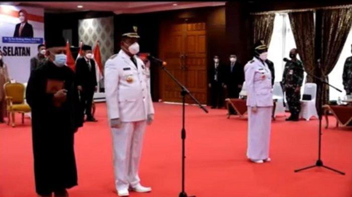 Bupati Definitif Muna Barat (Mubar) Ahmad Lamani (kiri) saat dilantik Gubernur Sulawesi Tenggara (Sultra) Ali Mazi di Aula Merah Putih, Rujab Gubernur Sultra, Senin (08/03/2021).