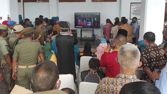 Pelantikan Bupati dan Wakil Bupati Muna, Pengunjung dan Tamu Berkerumun di Depan Pintu Rujab