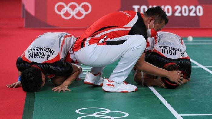 Pelatih ganda putri Indonesia, Eng Hian, memberikan selamat kepada Greysia Polii/Apriyani Rahayu, setelah final Olimpiade Tokyo 2020 di Musashino Forest Plaza, Senin (2/8/2021).