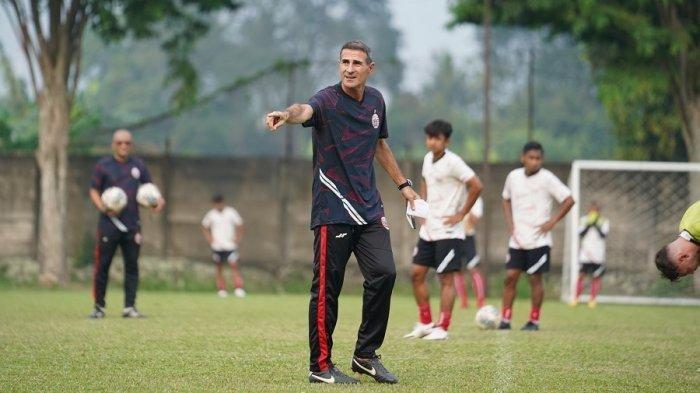 Pelatih kepala Persija Jakarta, Angelo Alessio saat memimpin latihan Persija Jakarta di Lapangan NYTC, Sawangan, Depok, Jumat (3/9/2021).