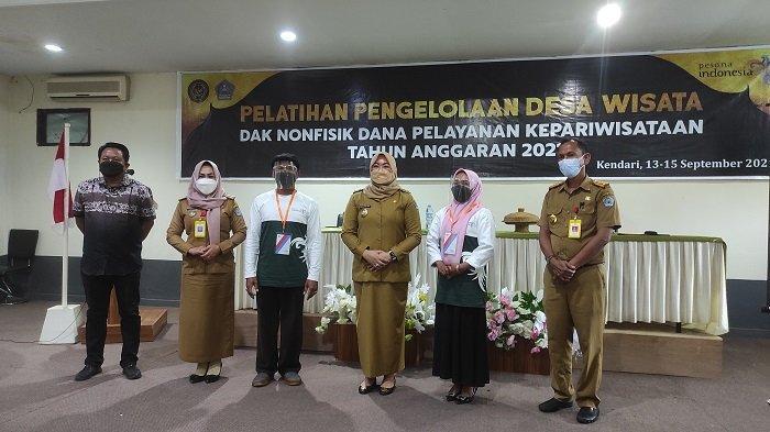 Foto bersama Wakil Wali Kota kendari, Siska Karina Imran (tengah) saat membuka acara pelatihan pengelolaan desa wisata