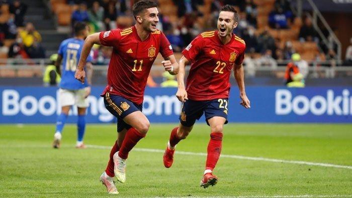 Pemain Spanyol Ferran Torres (kiri) merayakan gol yang dicetaknya ke gawang Italia. Dalam lanjutan Semifinal UEFA Nations League, Spanyol sukses membungkam Italia dengan skor 2-1.