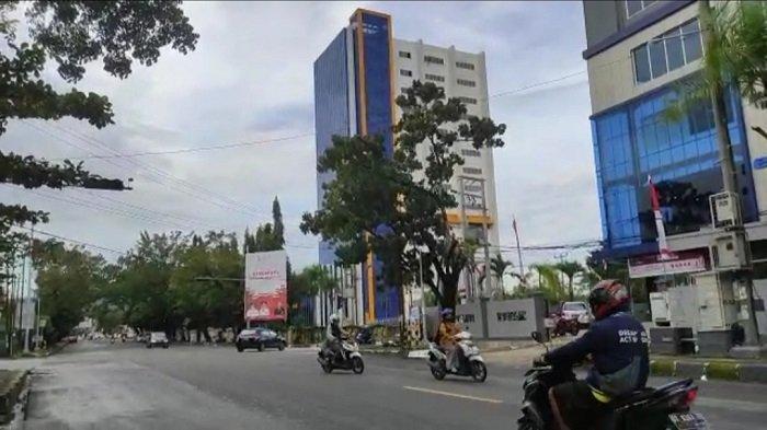 Pembangunan Tower Bank Sultra Diduga Mangkrak, Ditumbuhi Rumput, Noda Hitam Mulai Muncul di Dinding