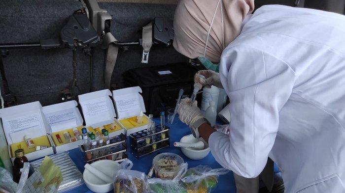 Sampling makanan dan minuman takjil oleh BPOM di Kendari, di Jalan Sao-Sao,Kelurahan Bendera, Kecamatan Kadia Kota Kendari Sulawesi Tenggara, Senin (13/4/2021).