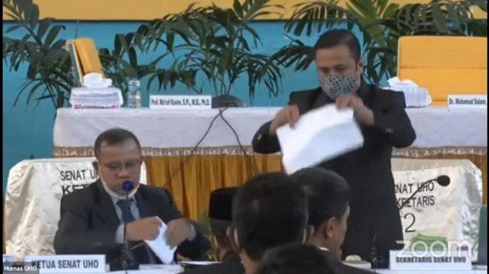 Pemeriksaan kertas suara pemilih yang akan menyatakan pilihan Calon Rektor Universitas Halu Oleo (UHO), di Gedung Sport Center, Kecamatan Kambu, Kota Kendari, Provinsi Sulawesi Tenggara (Sultra)