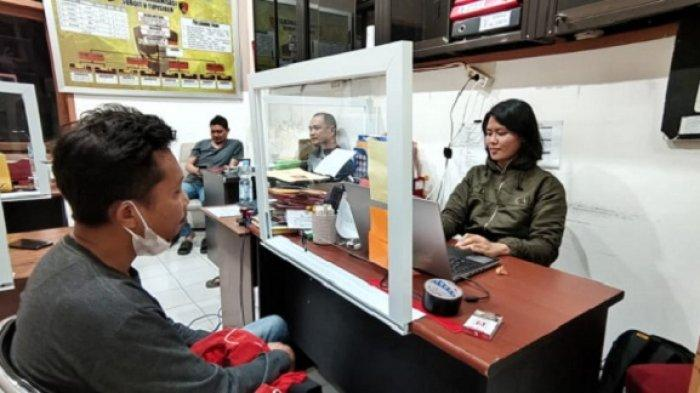 Pemilik akun Muhammad Jisrah Rahman berinisial A saat diperiksa penyidik Direktorat Reserse dan Kriminal Khusus (Ditreskrimsus) Kepolisian Daerah (Polda) Sultra, Kamis (29/04/2021).