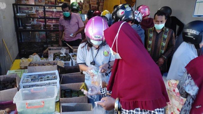 Pengunjung saat membeli kue dan takjil di Toko Hikmah