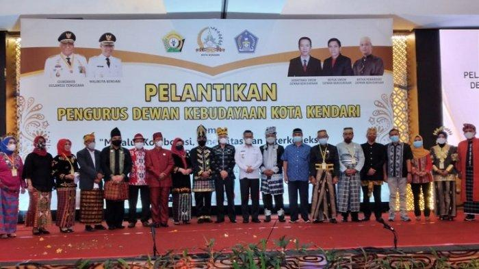 Wali Kota Kendari Sulkarnain Kadir (tengah) setelah melantik pengurus dewan kebudayaan Kota Kendari, Rabu (31/03/2021).