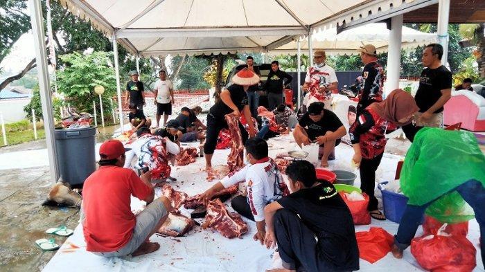 Pengurus partai Gerindra saat pemotongan daging kurban untuk didistribusikan ke warga setempat.