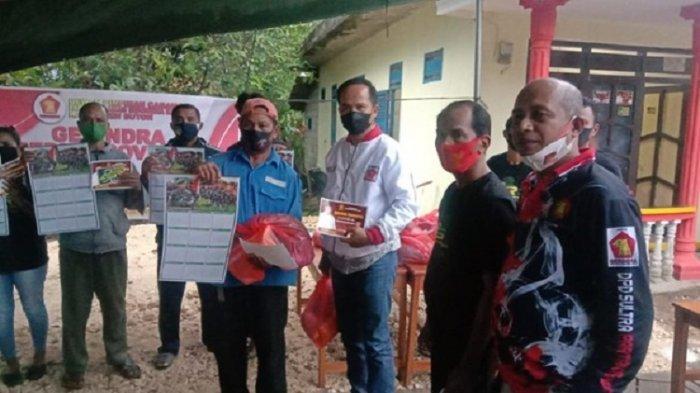 BERITA FOTO – DPC Gerindra Buton Serahkan Bantuan Bagi Warga Terdampak Covid