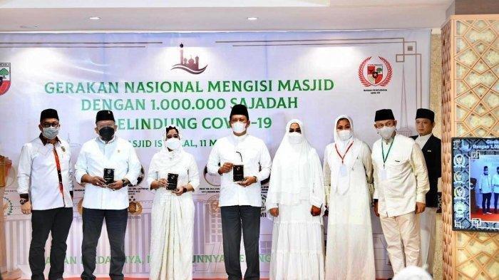 Ketua Dewan Perwakilan Rakyat (DPR) RI Puan Maharani menyerahkan sajadah anti Covid-19 ke Ketua Dewan Masjid Indonesia (DMI) Jusuf Kalla.