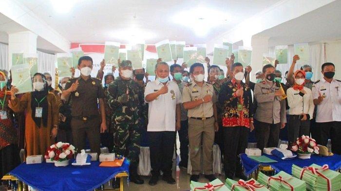 Bupati Konawe dan BPN Serahkan 571 Sertifikat Tanah, Seribu Bidang Lagi Segera di Sertifikasi