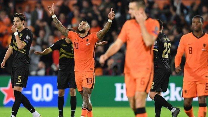 Penyerang timnas Belanda Memphis Depay (tengah) merayakan gol yang dicetaknya ke gawang Gibraltar pada laga lanjutan Grup G Kualifikasi Piala Dunia 2022 Zona Eropa di Stadion Feyenoord, Selasa (12/10/2021) dini hari WIB. (AFP/JOHN THYS)
