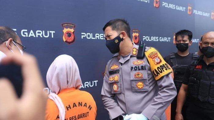 Perempuan Ineu Siti Nurjanah (31) yang mengaku korban begal Rp1,3 miliar di Garut, ditetapkan sebagai tersangka, Senin (11/10/2021). Berikut kronologi sandiwara Begal Rp1,3 miliar terbongkar, perempuan Ineu berbohong gegara terlilit utang rentenir senilai Rp25 miliar.