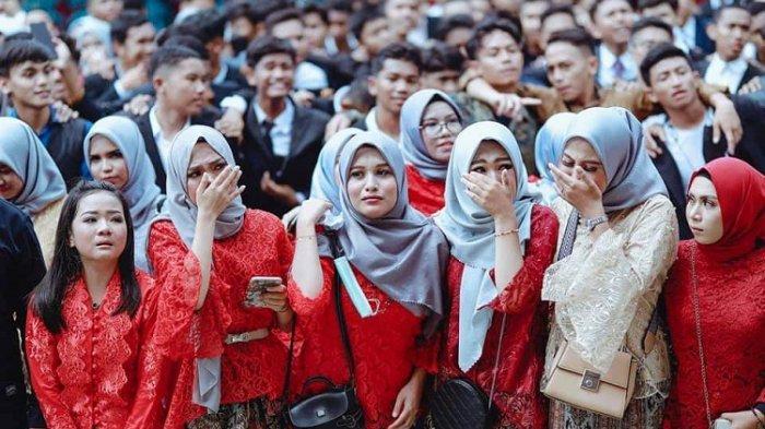 Siswa-siswi SMA Negeri 2 Baubau terlihat sedih, ketika perpisahan di lapangan sekolah, Sabtu (10/4/2021). Foto ini tersebar di facebook.