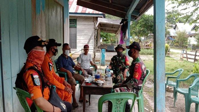Personel Basarnas Kendari, TNI-AD, dan warga, bekoordinasi guna melakukan pencarian terhadap korban hilang di hutan, Jhon (37) lelaki asal Desa Amololu, Kecamatan Uluiwoi, Kabupaten Kolaka Timur, Sultra, Rabu (4/8/2021).