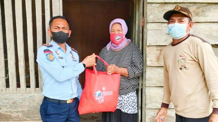 Petugas Rumah Tahanan Kelas II B Unaaha Konawe Beri Paket Sembako & Vitamin Pada Warga Sekitar Rutan