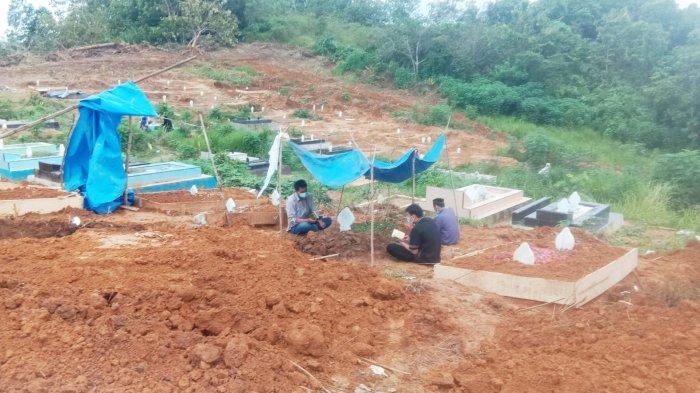 Curhat Keluarga Korban Covid-19 di Kendari saat Ziarah di Makam Usai Salat Idul Adha