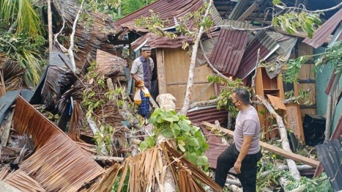 Pohon Durian Timpa Rumah Warga di Kolaka Utara hingga Rusak Parah, Kerugian Ditaksir Ratusan Juta