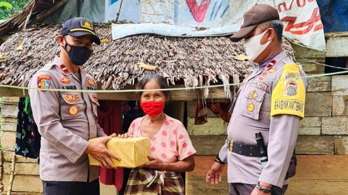 Lawan Covid-19 Polsek Onembute Konawe, Bagikan Bantuan Sembako dan Masker Gratis ke Warga