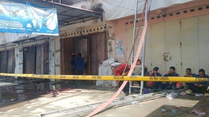 Potret Tim Pemadam Kebakaran, Harus Sarapan Saat Si jago Merah Melahap 5 Ruko di Kota Lama Kendari