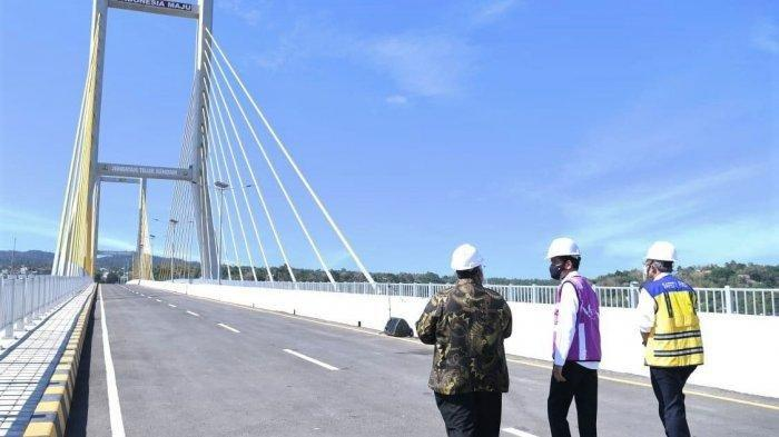 Presiden Joko Widodo (tengah), Dirjen Bina Marga PUPR Hedy Rahadian (kanan), dan Gubernur Sulawesi Tenggara Ali Mazi meninjau Jembatan Teluk Kendari, Kamis (22/10/2020).