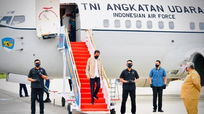 Gaya Presiden Jokowi Saat Tiba di Kendari Sulawesi Tenggara, Pakai Jaket Cokelat, Sepatu Sneakers