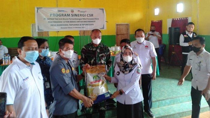 PT Antam Tbk UBPN Sultra Salurkan Bantuan 13 Ton Beras ke Warga 3 Desa di Konawe Utara
