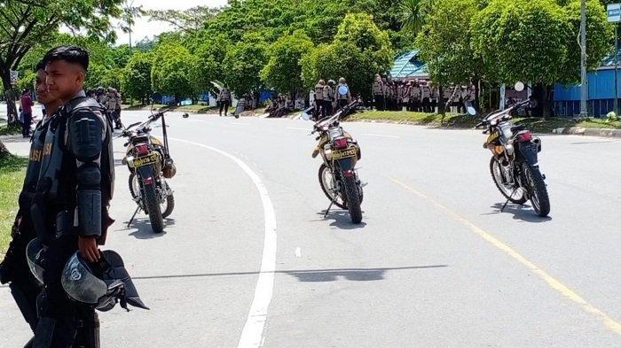 Puluhan aparat kepolisian berseragam berjaga di kawasan Teluk Kendari, Kota Kendari, Provinsi Sulawesi Tenggara (Sultra), Selasa (14/9/2021) siang.(Fadli Aksar)
