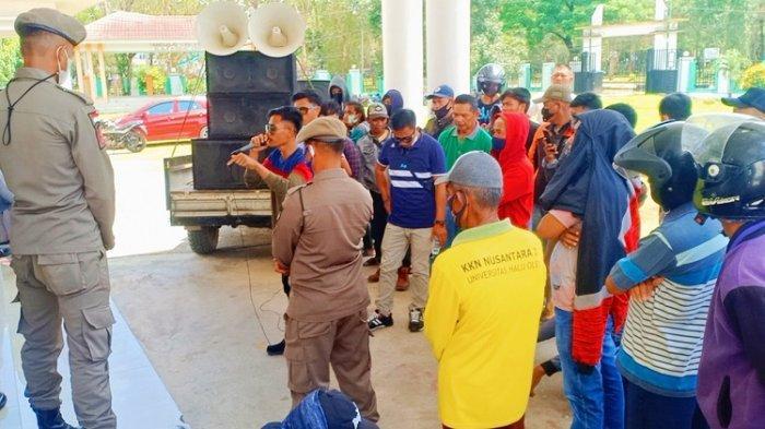 Puluhan masyarakat Kelurahan Bungguosu, Kecamatan Konawe, Kabupaten Konawe berunjuk rasa di Kantor Dewan Perwakilan Rakyat Daerah (DPRD) Konawe, Kamis (7/10/2021).