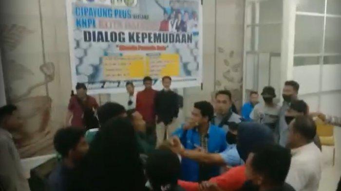 Detik-detik ricuh dialog Cipayung Plus dan KNPI di Kota Baubau, Provinsi Sulawesi Tenggara (Sultra), pemuda lempar kursi hingga adu jotos.