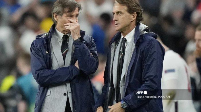 Gabriele Oriali (kiri), salah satu manajer sepak bola Italia, dan pelatih Italia Roberto Mancini (kanan) berbicara satu sama lain selama pertandingan sepak bola final UEFA EURO 2020 antara Italia dan Inggris di Stadion Wembley di London pada 11 Juli 2021. (Frank Augstein / POOL / AFP)