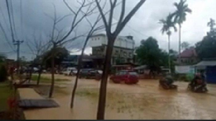 Hujan Deras di Kelurahan Lepo-Lepo Kendari, Jalan Tergenang Satu Kendaraan Jatuh Hendak Menerobos
