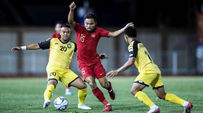 Pemain Timnas U-23 Indonesia, Saddil Ramdani beraksi saat melawan pemain Timnas Brunei Darussalam dalam pertandingan Grup B SEA Games 2019 di Stadion Sepak Bola Binan, Laguna, Filipina, Selasa (3/12/2019). Timnas Indonesia menang 8-0 dari Brunei Darussalam.(KOMPAS.com/GARRY LOTULUNG)