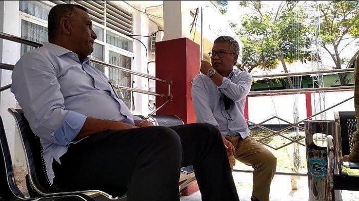 Bupati Buton Tengah Haji Samahuddin SE (kiri) di Kantor Bupati Buteng, Sulawesi Tenggara, terlihat menyimak pembicaraan bersama perwakilan Tribunnews.com, Selasa (14/9/2021).