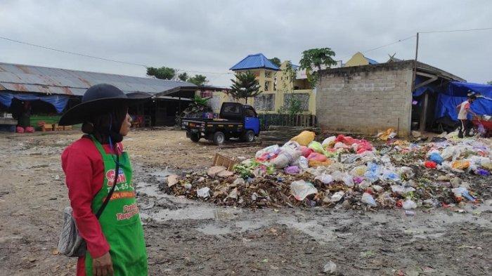 Sampah Menggunung di Pasar Baruga Kendari, Musim Hujan Jadi Comberan