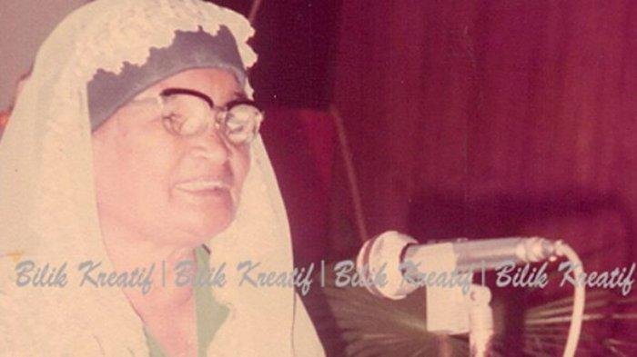 Sariamin Ismail saat tampil memberikan tanggapan tentang sastra dan budaya dalam helat Sidang Sastra Pekanbaru '81.