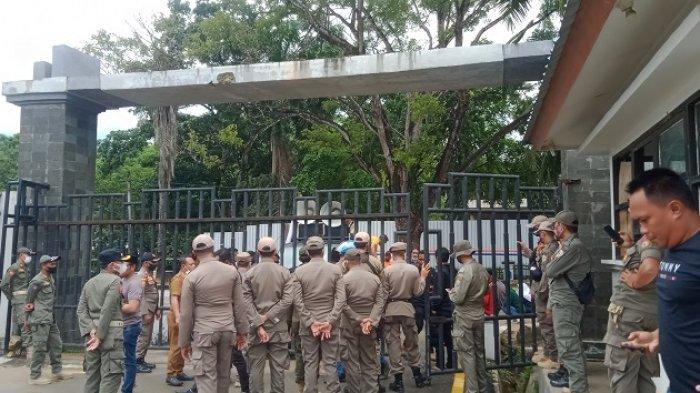 Sejumlah Warga Konsel Demo di Kantor DPRD Sultra, Minta Perusahaan yang Rusaki Jalan Umum Ditindak