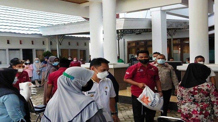 8.967 Kepala Keluarga Terdampak PPKM Mikro di Wakatobi Sultra Terima Bantuan Beras