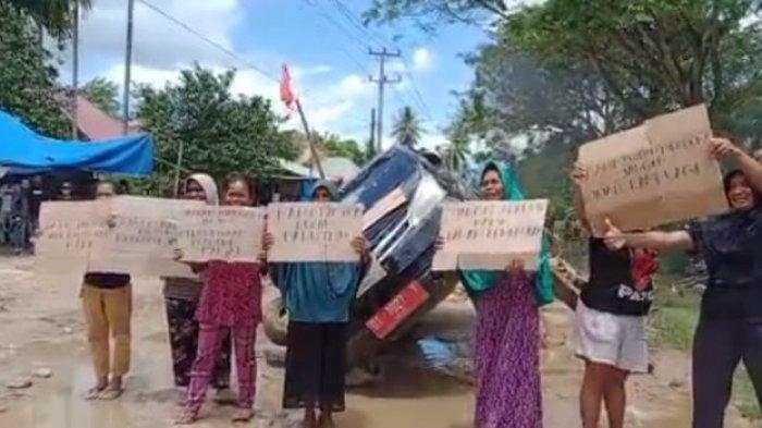 Sejumlah emak-emak di Kabupaten Muna, Provinsi Sulawesi Tenggara (Sultra) mengamuk, Senin (30/8/2021) siang.