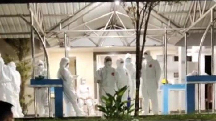 Sejumlah tenaga kesehatan berpakaian APD bersiap melakukan pemulasaraan jenazah istri Gubernur Sulawesi Tenggara (Sultra) Agista Ariyani Ali Mazi di Rumah Sakit Bahtermas Kendari, Selasa (13/7/2021)