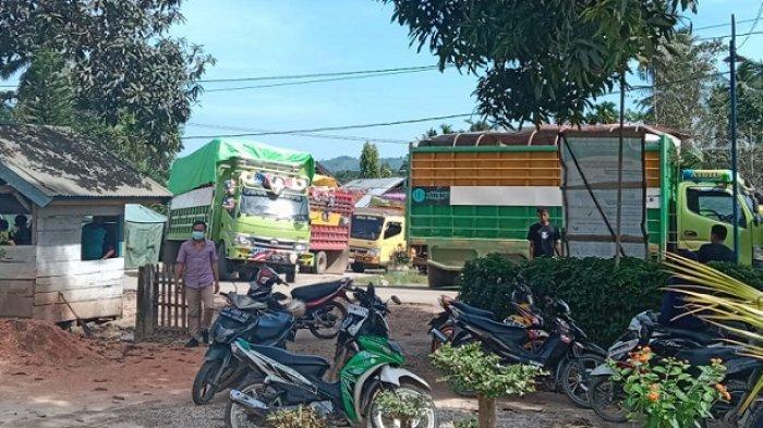 Sejumlah truk putar balik karena aksi blokade akses jalan buntut jalan rusak yang belum diperbaiki di Konawe Selatan, Sulawesi Tenggara (Sultra), Selasa (7/9/2021).