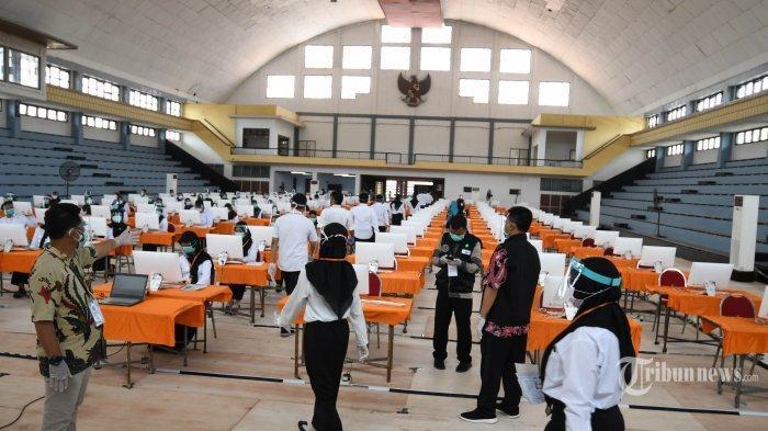 Peserta seleksi kompetisi bidang (SKB) bagi CPNS Pemkot Surabaya bersiap mengikuti tes di GOR Pancasila, Kota Surabaya, Jawa Timur, Selasa (22/9/2020).